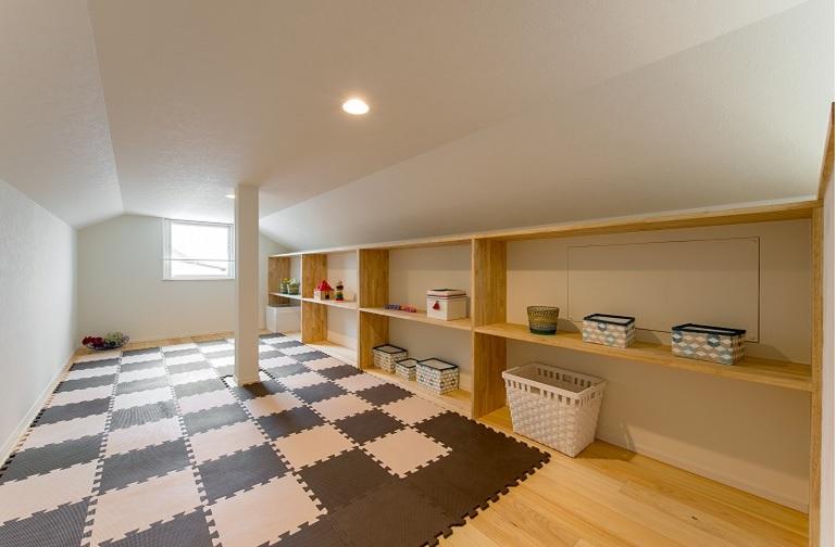 こちらは収納棚を設置。 使う色・素材で全く違った雰囲気になり、この2つの空間が同じ 場所にあるのは面白いですね♪
