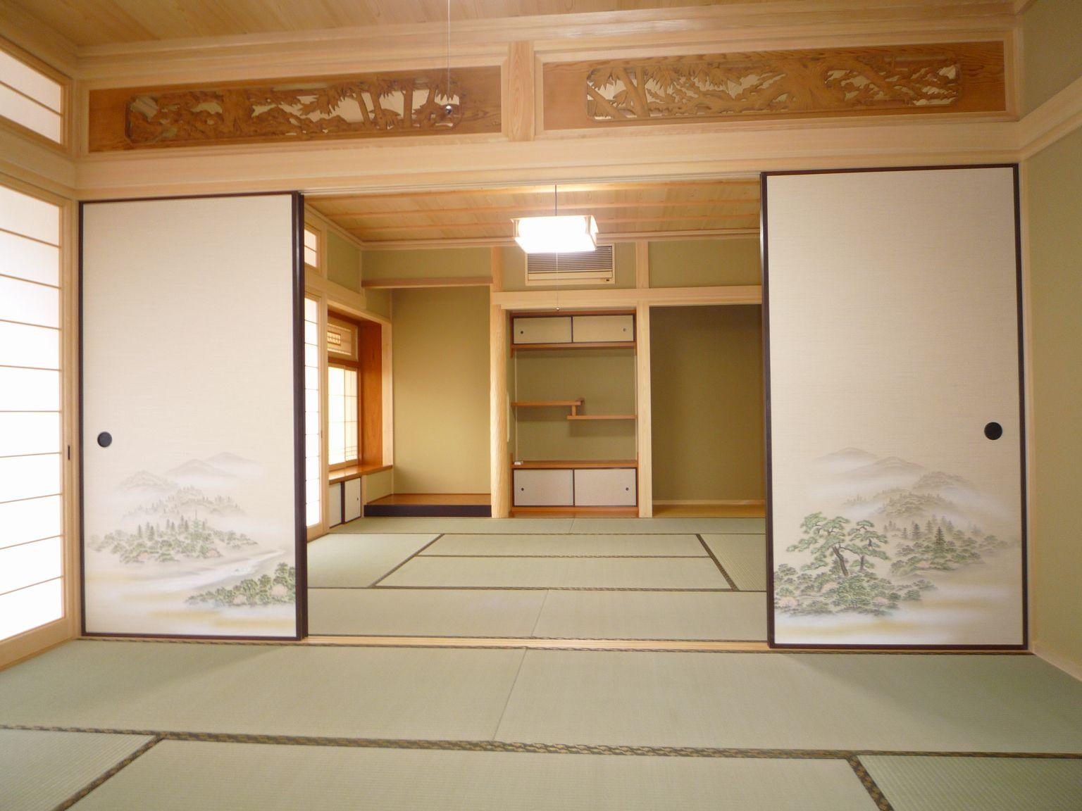 広々とした和室の続き間と彫りの欄間