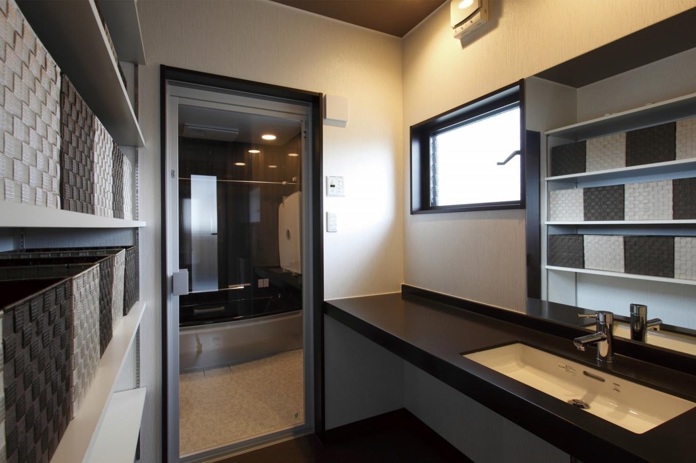 サニタリー&浴室はホテルのようなゆったりとした空間。豊富な収納が空間をすっきり演出