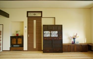 ◆L.D.K.◆ L.D.K.にある薪ストーブは味わいのある古材ともマッチしている。手持ちの家具も磨いてアレンジを加えインテリアの一部として新しくなった部屋にもなじんでいる。