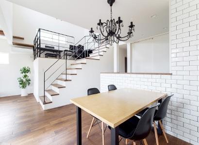 キッチンカウンターを囲うダイニングの壁面は、白いタイルを貼り高級感を醸し出しています