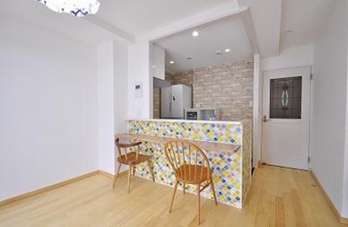 キッチン腰壁には名古屋モザイクのタイル貼りです。 リビングの扉にはネコちゃんの形をしたドアノブ。