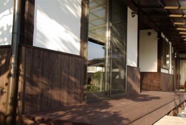 ◆ウッドデッキ◆ もとは縁側だったところをウッドデッキに変更。L.D.K.とつながり開放的で豊かな空間になっている。