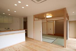 ◆居間と和室◆  一番見晴らしのよい南面に、居間と和室を配しています。ナチュラルな洋間に和室の真壁が溶け込みます。