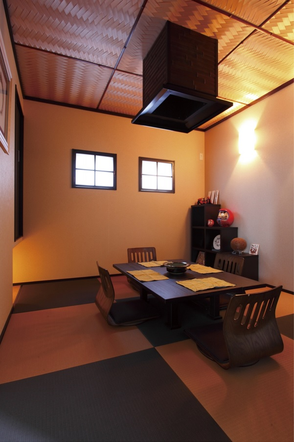 手仕事で仕上げた網目状の天井が優雅な雰囲気を高める和室