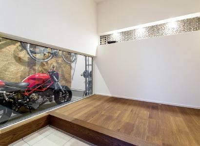 玄関ホールからはピクチャーウインドーを通して、いつでも愛車を眺めることができます