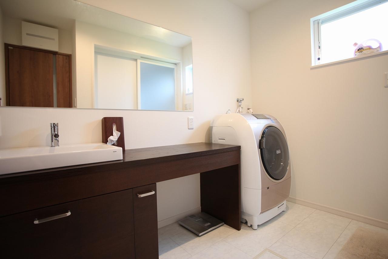 広い鏡を配置し、洗面と化粧スペースを併設。