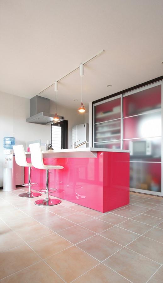 タイル貼りのキッチン。収納はパーテーションで隠せる