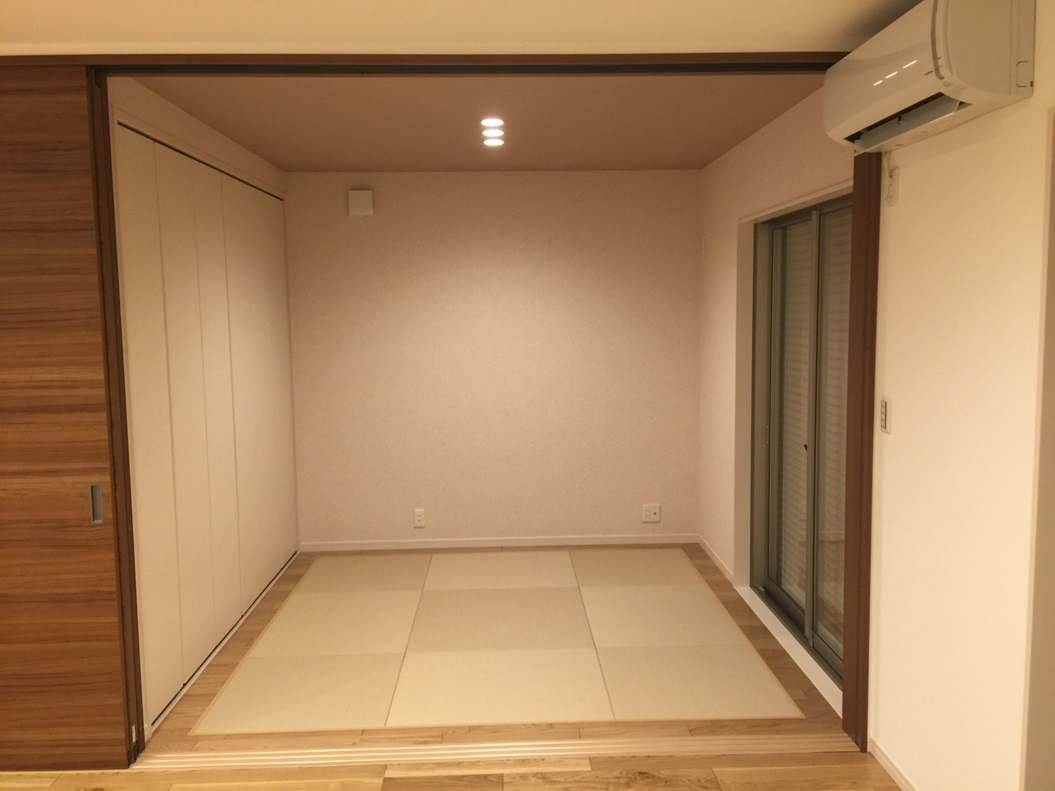 リビングに隣接するタタミスペース。小さなお子様のプレイルーム、お昼寝の場所としても最適。お客様のお泊りにも対応できます。