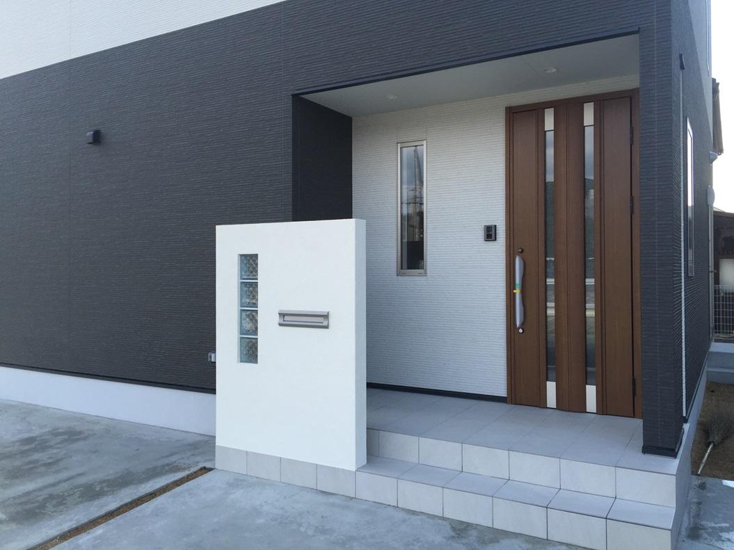 門柱は玄関ポーチに。郵便物の受取もスムーズに。建物の顔になります。