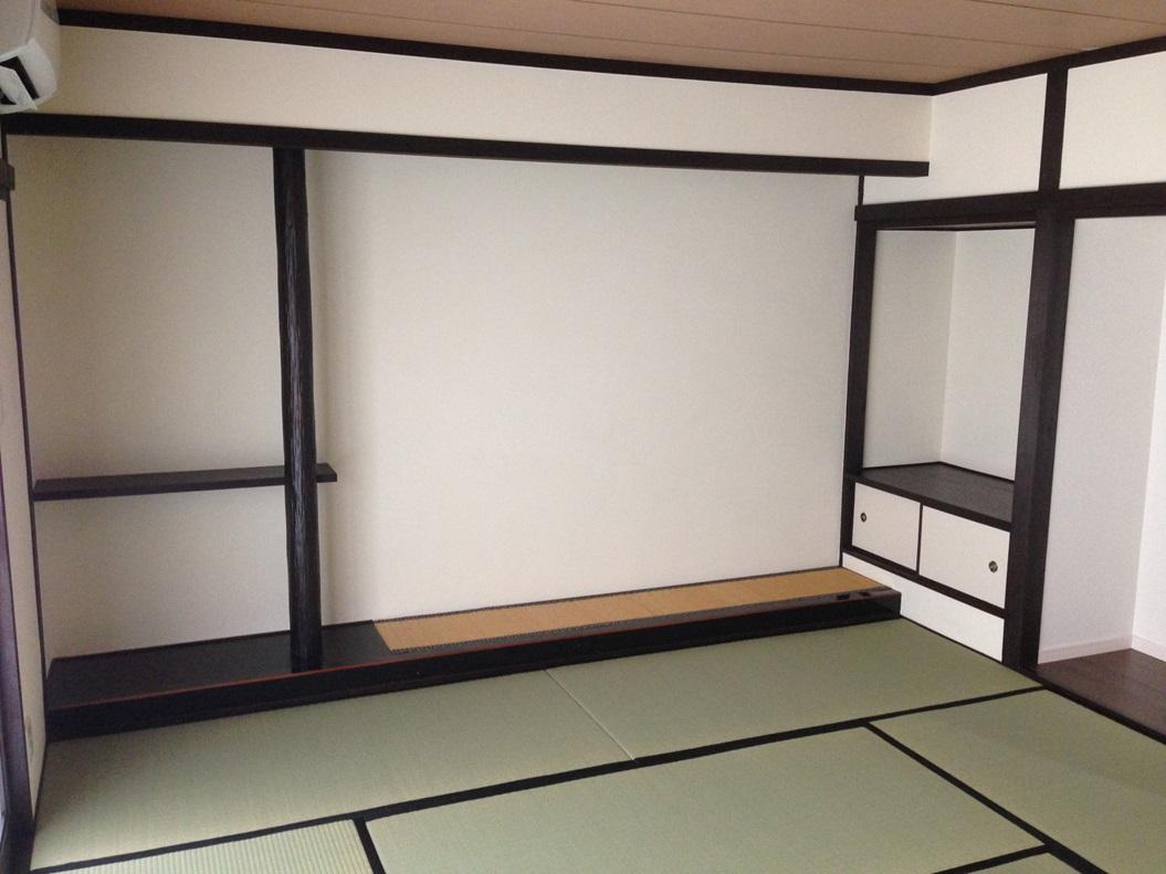 和室は木部分をこげ茶に塗装。壁は聚楽でしたので、上からテラコートを塗りました。今までの室内とは大きく変わり、お客様も喜んでいただきました。