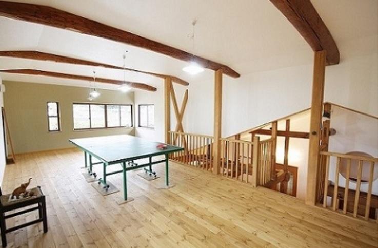 2間続きの和室を、梁あらわしの卓球場にリノベーション。 1Fの吹抜けとつながり、階下の様子も感じることができます。