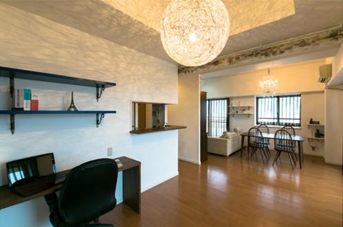 シャンデリアや家具屋さんで見つけたお気に入りの照明器具が引き立つ、広々空間になりましたね! 水色のスイス漆喰壁も美しいです。