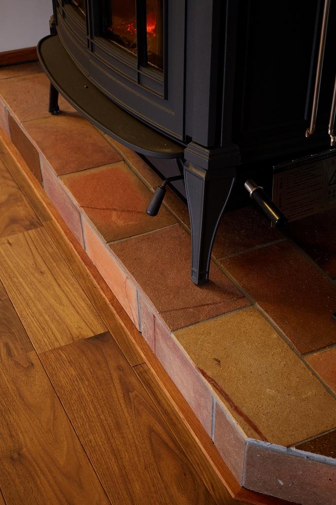 薪ストーブの床面には備前焼タイルを