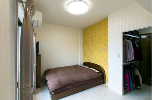 和室だった部屋には、黄色の輸入壁紙を取り入れ、玄関から続く便利なWICもできました!