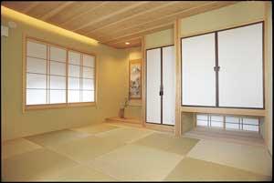 和室。天井の間接照明が 落ちついた空間を演出している。
