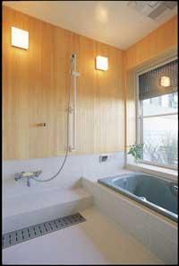 床はタイルで腰壁は檜板で仕上げた造りつけのお風呂。 外のシャッターは閉じていても通風が出来るタイプのものを使用。 2階廊下。トップライトからの明かりが 手前