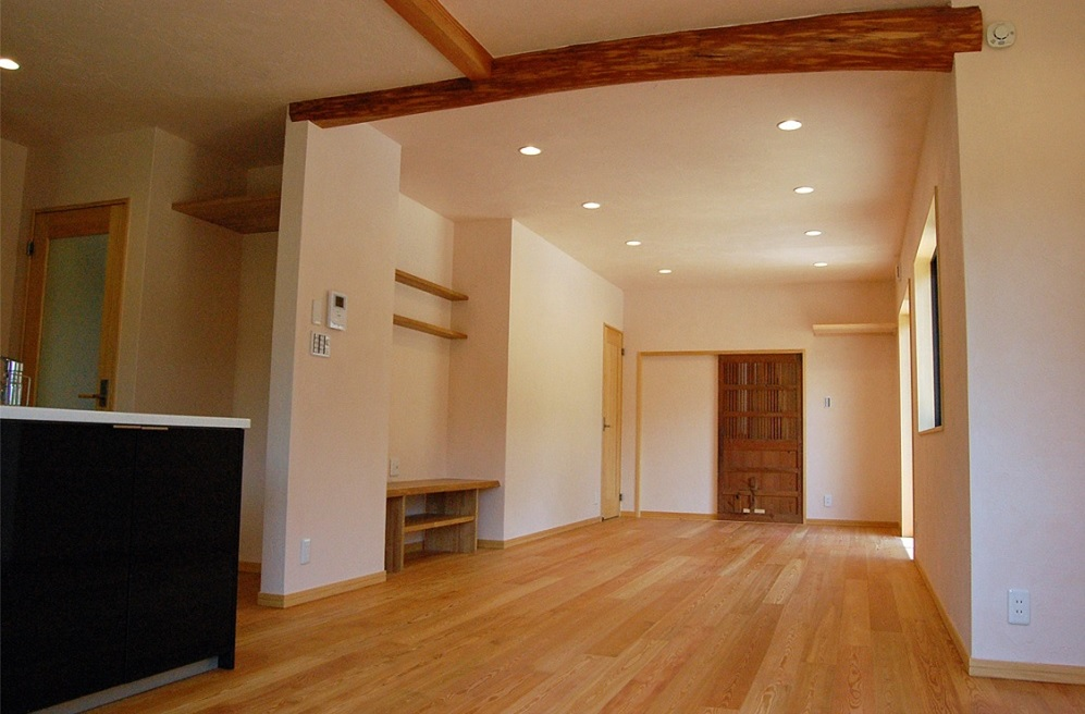 リビング:TVボードを壁埋め込みにすることで部屋を広々使えます。親戚が大人数集まってもゆったり過ごせます。