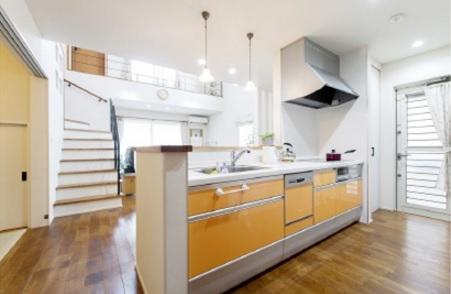 対面キッチンからは開放的な吹抜を通して家全体を見渡せるように設計されています
