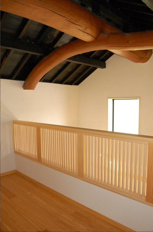 玄関吹き抜け:90年間頑張っている大きな丸太梁。木楽スタッフが心を込めて磨きあげました。