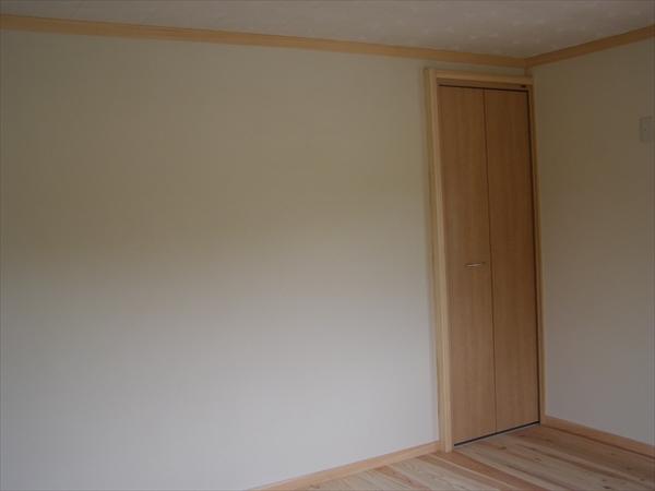 壁に珪藻土を塗りました。しっとりと柔らかい印象になりました。