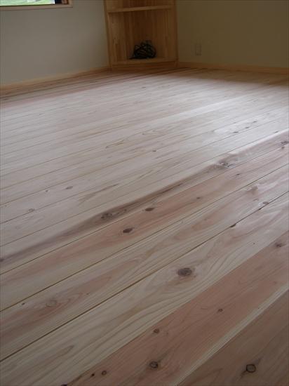 床は無垢フローリング。暖かく柔らかく足に優しい。