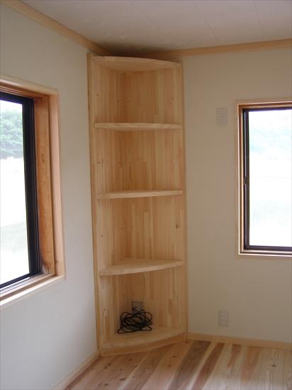部屋の隅に、棚板が稼働する飾り棚を設けました。