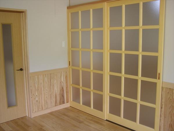 無垢の腰壁をつけて、落ち着いた洋室になりました。
