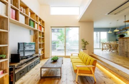 高さ約4mのハーフ吹抜のある開放的なリビングには、壁一面に本棚を設置。インテリアとしてだけでなく、本やテレビを見に家族が自然に集う、家族の憩いの場を創出しています