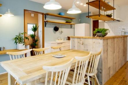 インテリアや飾り棚・壁紙・照明器具など、随所に嗜好を凝らせたデザインが印象的な、お洒落で可愛らしいキッチン。おうちにいながらカフェにいるような「おうちでカフェ」のある暮らしを実現します
