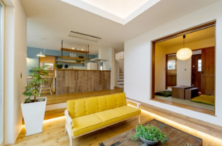 キッチンや和室から1段下がったユニークな掘込リビング。段差のところに腰かけるなど、色々な使い方が楽しめます。堀込の段差部分に間接照明を設置しており、夜はカフェのような雰囲気を楽しめます