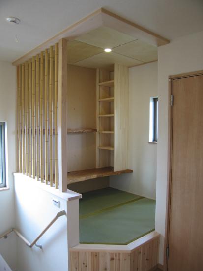 一段小上がりになった書斎、格子は竹を使用