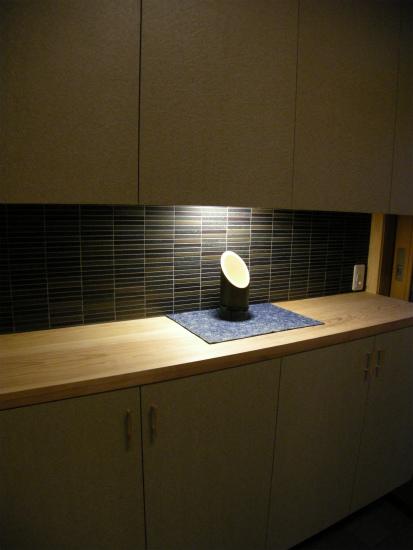 間接照明の下駄箱。天板にはケヤキのカウンターを。本物の質感が空間を引き締めます。