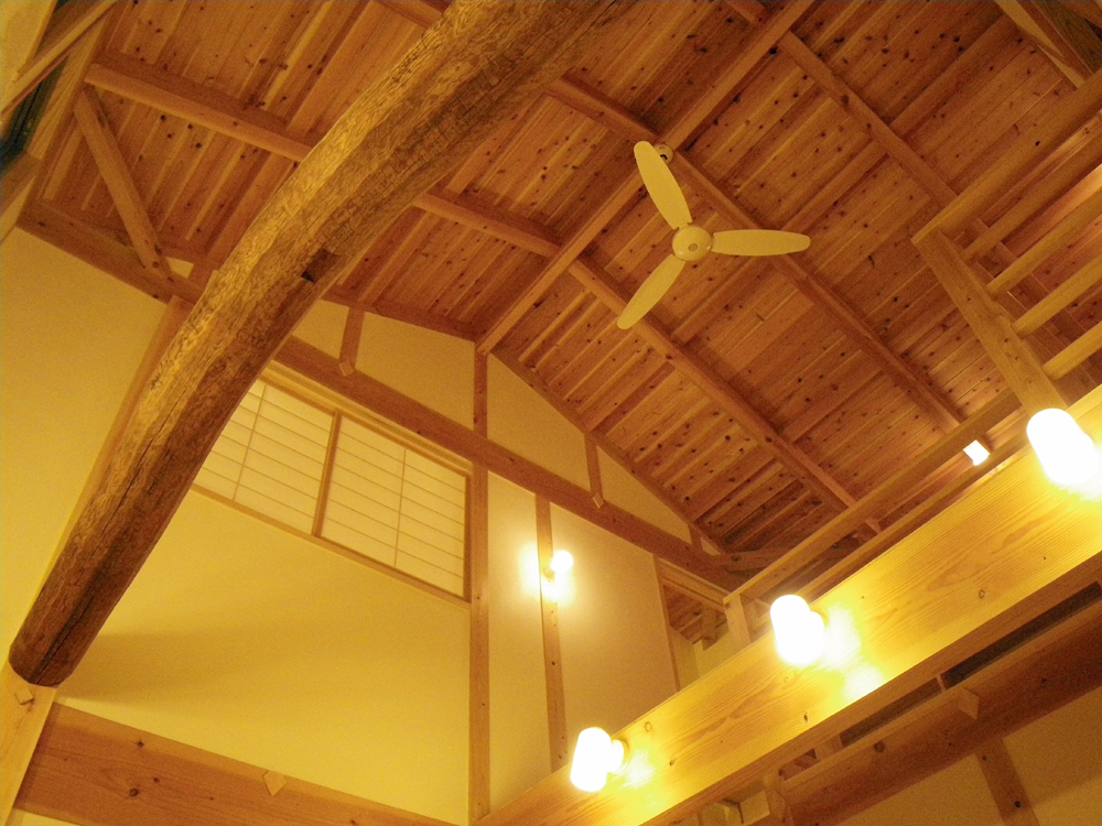 吹抜の古材の丸太梁は、築100年以上