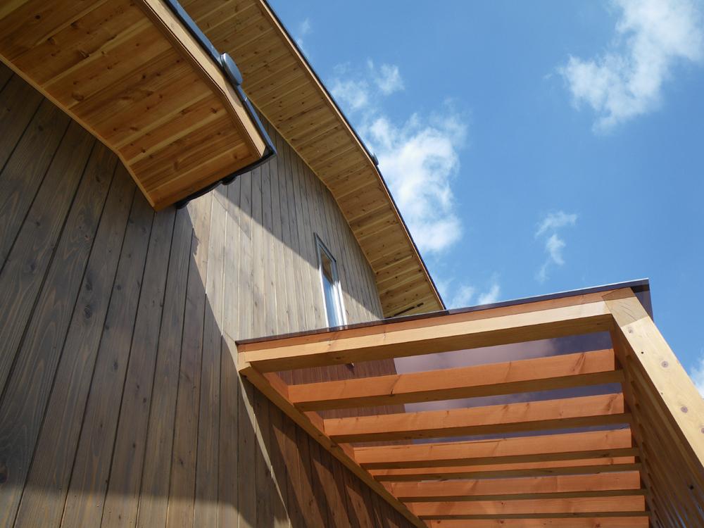 玄関の桧柱の格子