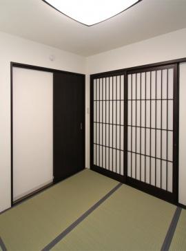4.5帖の和室は、玄関から直接出入りでき、客室としても重宝する。