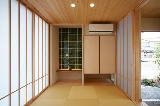飾り棚のきれいな緑色のタイルが空間のアクセントに