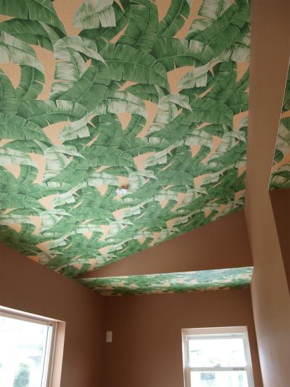 2F子供部屋、寝室には壁紙に南国感のあるものを選択。