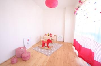 無垢材のぬくもりが心地よく、明るい子ども室。 お子様が小さいうちや、独立された後はフリースペースとしても使用できるよう、 敢えて収納は設けず、広く空間をとっています。