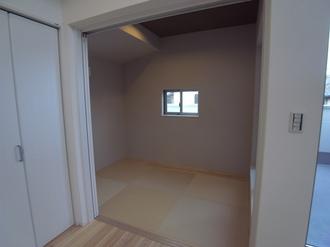 お⼦様が⼩さなうちは、ここでお昼寝☆ 建具を閉めると、あっという間に個室に(^O^)/ ご両親やお友達が遊びに来た時には、⼤活躍しそう♪