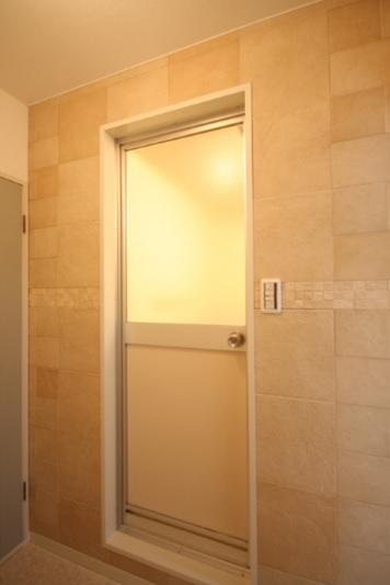 洗面室の壁にエコカラットが施工されました。 調湿効果があり、悩みだった結露にも効果を発揮します!! さらに、有害物質やニオイの原因となる成分を吸着し、軽減してくれる優れものです♪