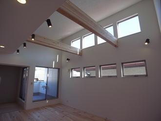 リビングの吹き抜けが開放的な空間にしてくれます。 上部に設けられた窓で、お部屋の中はいつでも明るい♪♪