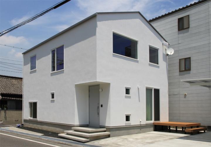サンキョウハウシング 株式会社 「柔らかな陽光が差し込む、開放的な吹抜けリビングの家」