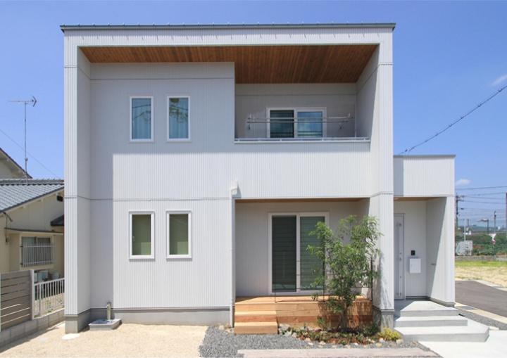 サンキョウハウシング 株式会社 「シンプルモダンな外観の中に自然素材のやさしさが息づく家」