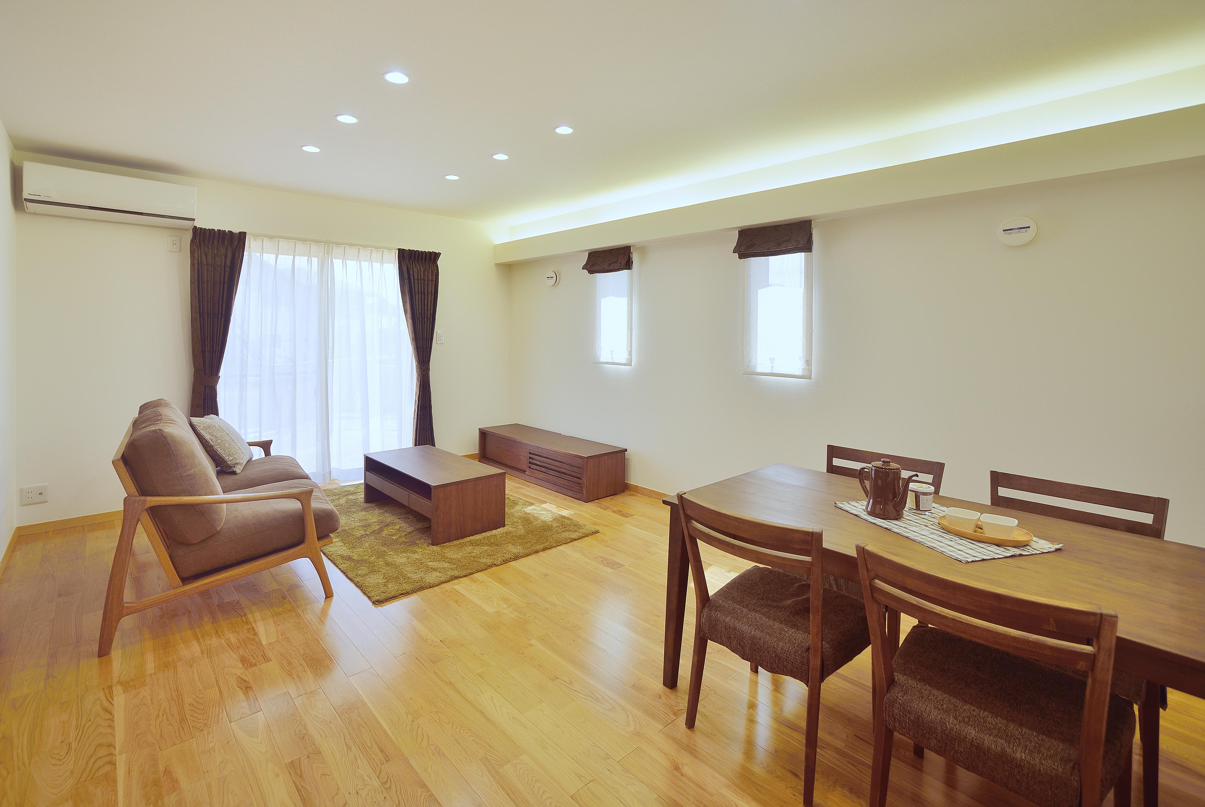 床は無垢のナラ。間接照明でくつろぎの空間に。