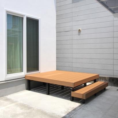 駐車スペースの一部分にウッドデッキを設置。戸外の楽しみも増えそうだ。
