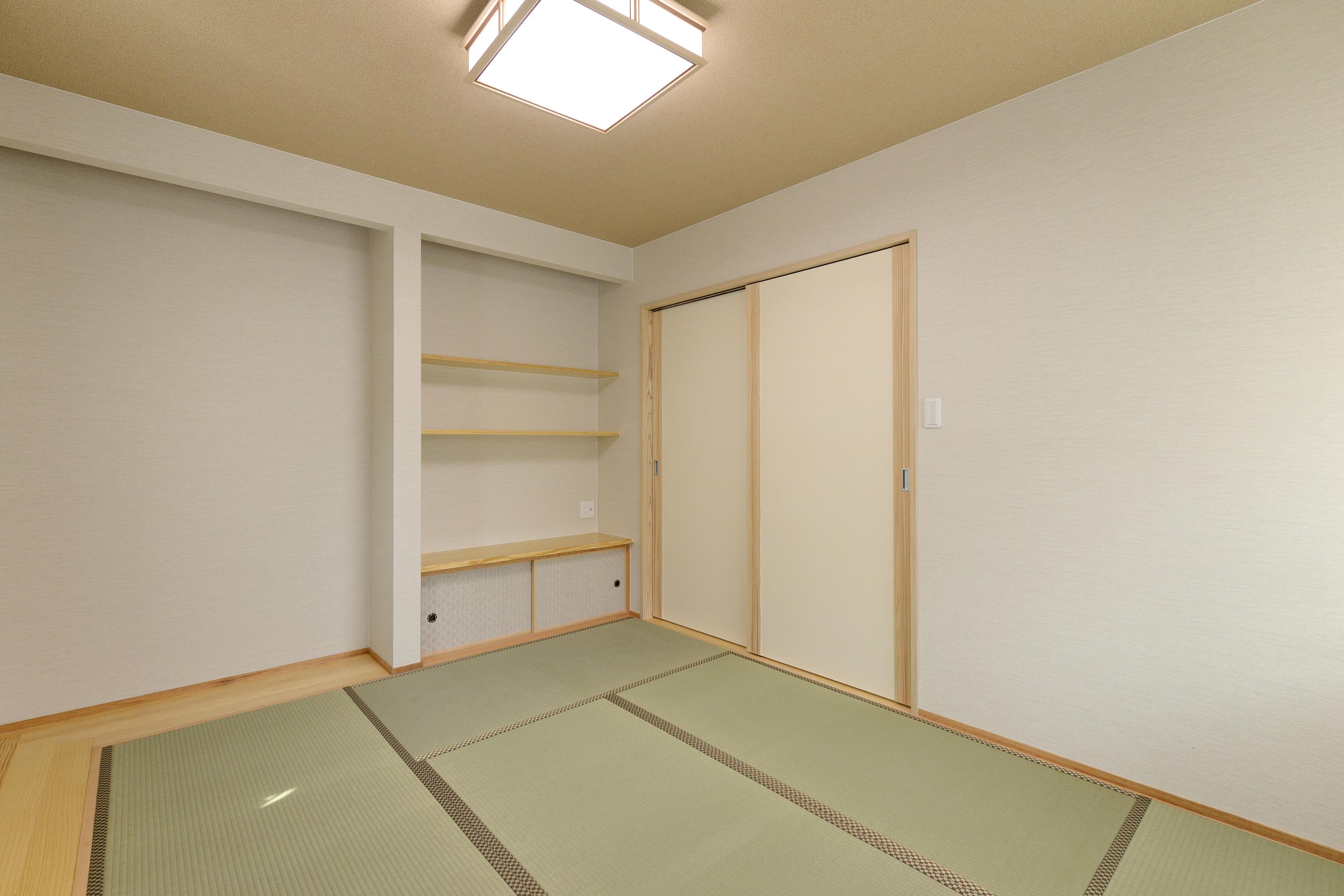 家具の配置も考え、周りに造作棚や板の間を。