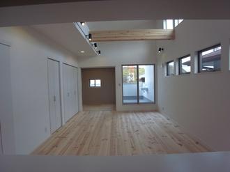 2階に設けられたLDK。 外の視線も気にせず、のんびり♪ あると便利な収納スペースもたっぷりあります(*^^)v