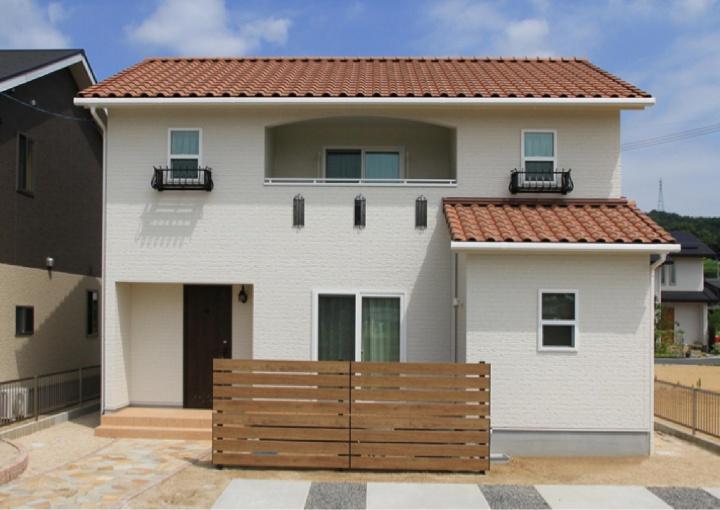 収納スペースと造作家具が充実、明るい南欧風のデザインの家