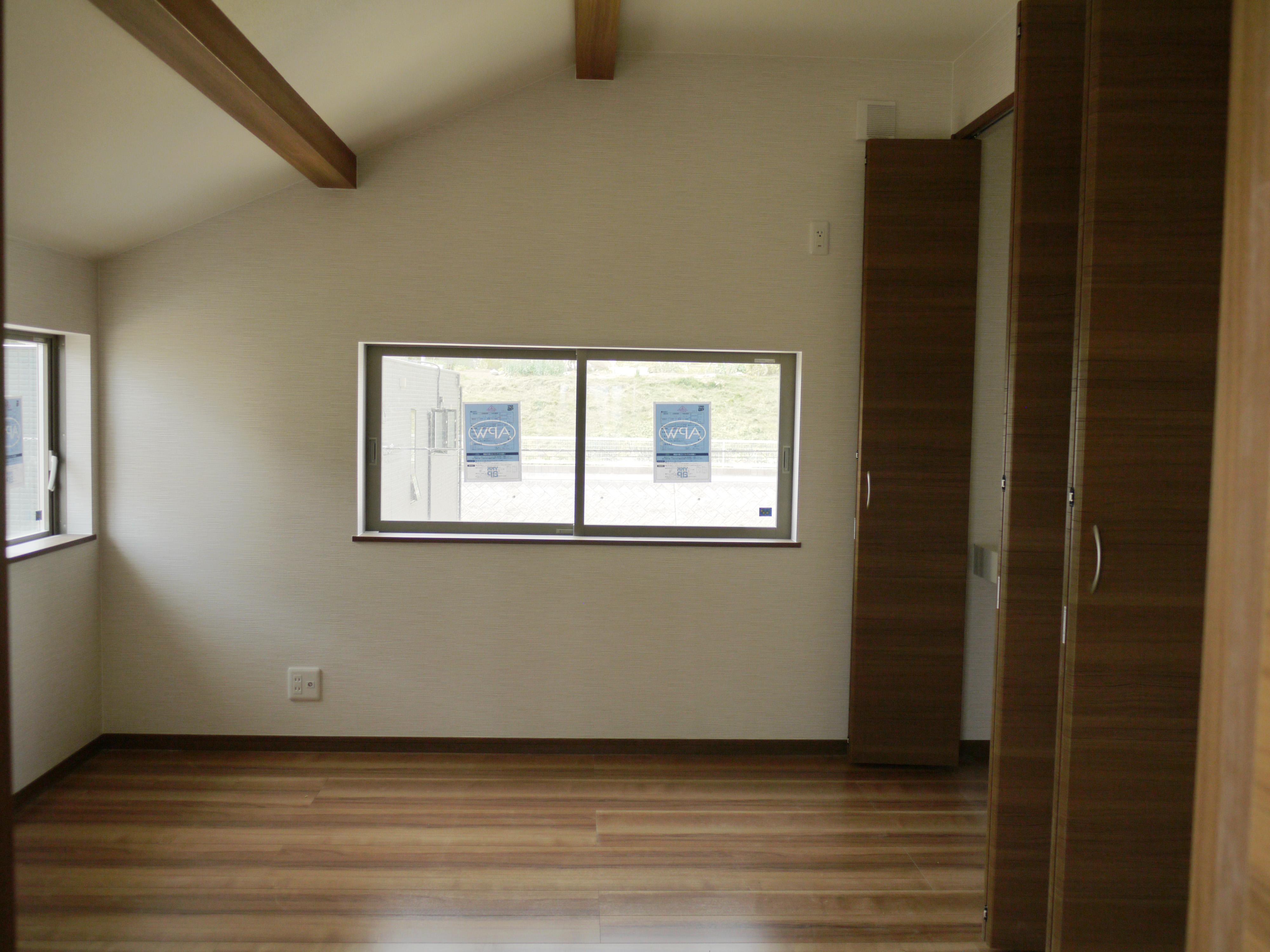 勾配天井の寝室空間